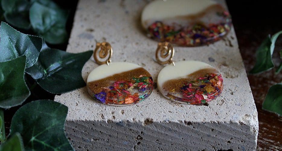 Orecchini Contemporanea Resina Fiori Secchi Bella bri. © Copyright Bella bri. Tutti i diritti sono riservati.